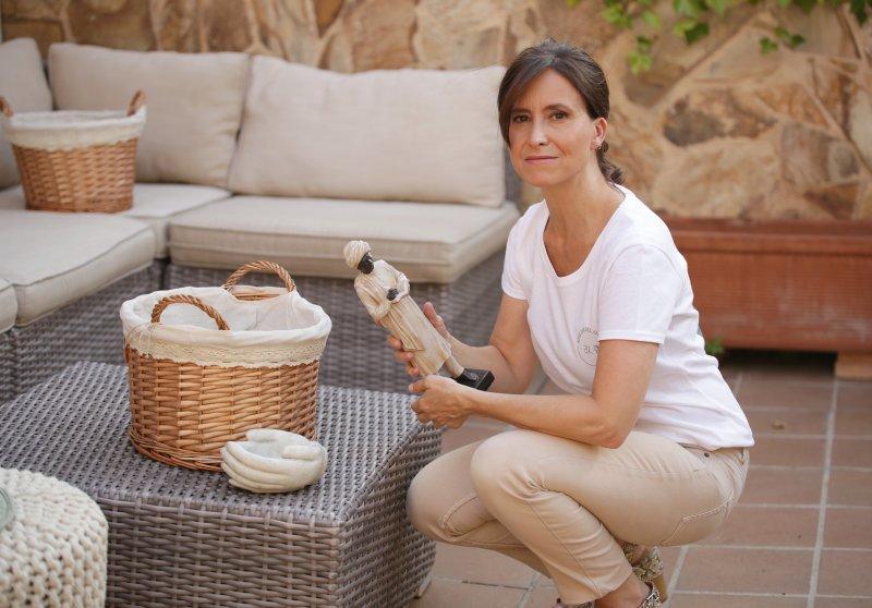 mujer_ordenando_cestas_en_el_jardin_Atelier_del_Orden