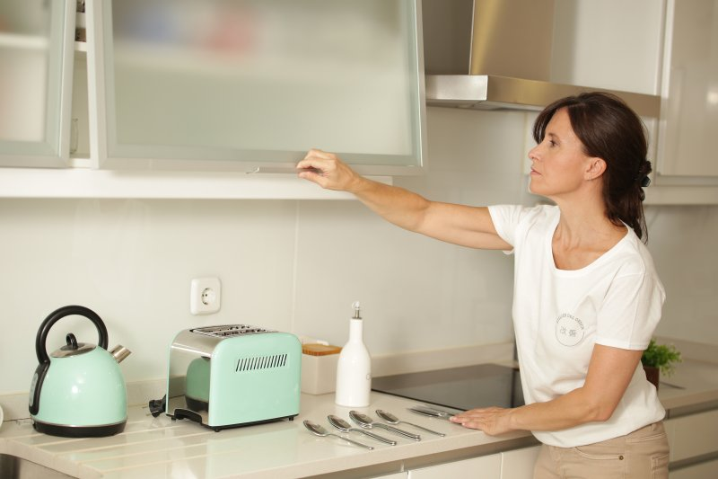 mujer_ordenando_la_cocina_Atelier_del_Orden